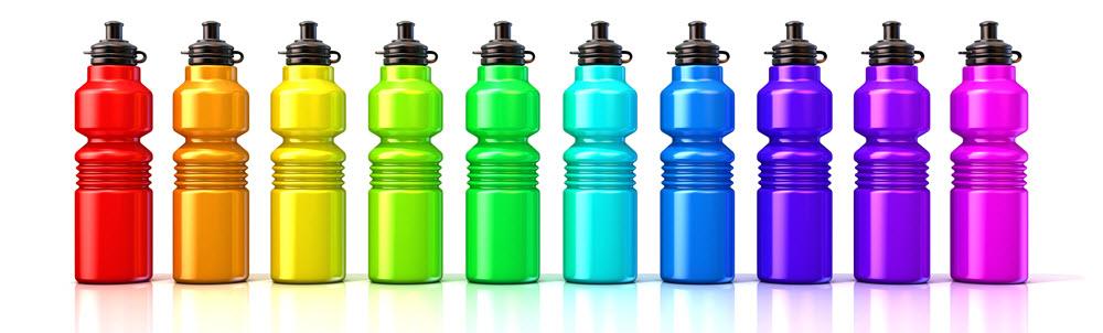 Trinkflaschen in Reihe